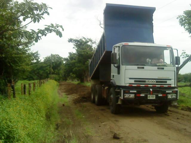 Municipalidad de Santa Cruz realiza arreglo de caminos en el distrito Diria.