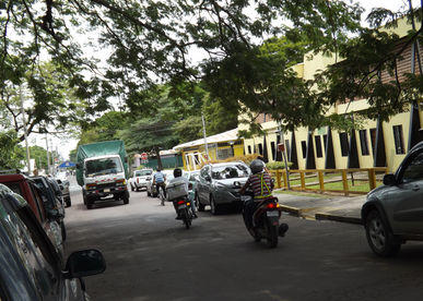 Caos vial en Liberia por carros mal estacionados