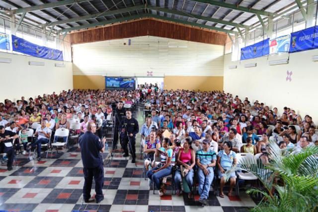 Más de 600 padres de familia acudieron al Taller: Tareas para padres, organizado por la Fuerza Pública en Santa Cruz