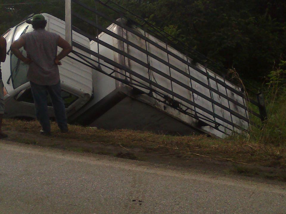 Camión Repartidor derrapa y se sale de la carretera en Santa Cruz