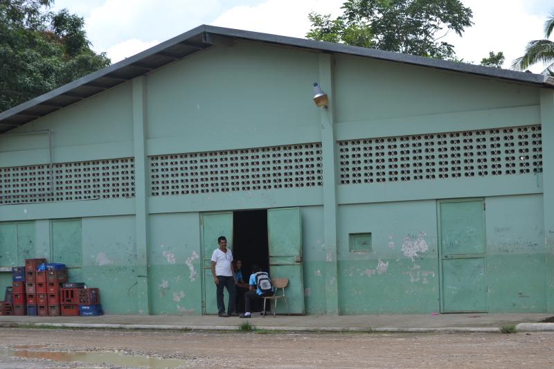 Estudiantes de Liceo en Cuajiniquil reciben clases en un Galerón
