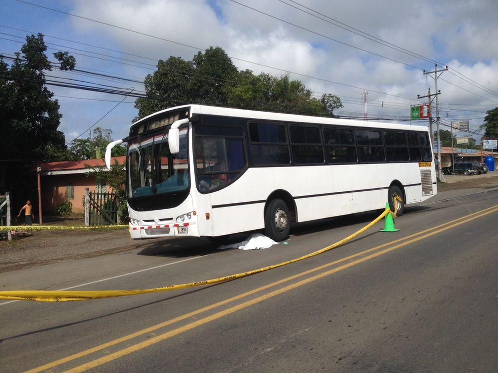 En un apartente suicidio, un estadounidense identificado como Kent Fuzze, fue atropellado por un autobús. en Comunidad, Carrillo, Guanacaste.